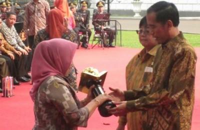 Jokowi_piala_lingkungan-oke