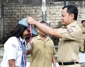 Bima Kalungkan Medali