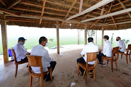 Presiden Jokowi meninjau area lumbung pangan yang terletak di Desa Makata Keri, Kecamatan Katiku Tana, Kabupaten Sumba Tengah, NTT. (Foto: Biro Pers Setpres/Muchlis Jr)