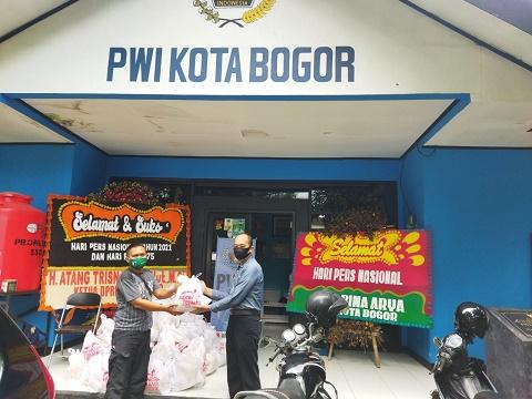 Pembagian sembako di PWI Kota Bogor