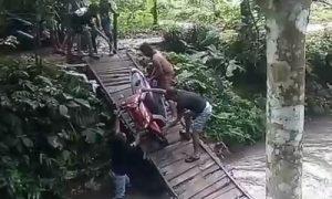 jembatan penghubung kampung di desa cipicung roboh