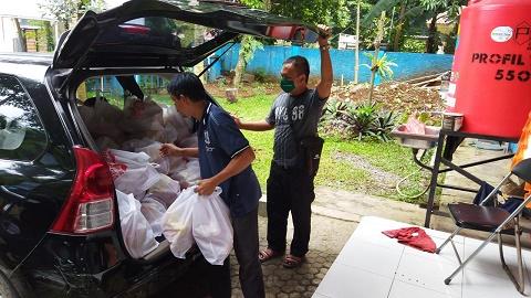 PT IRJ Bagikan Sembako Program Indonesia Terang di Kantor PWI Kota Bogor
