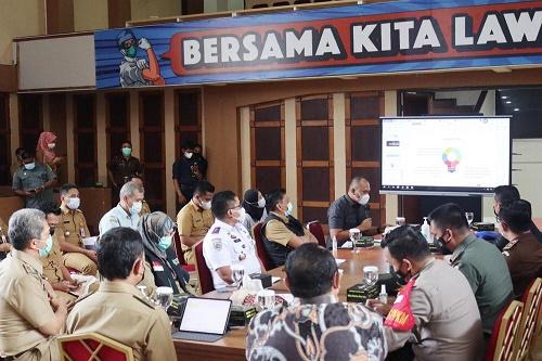 rapat evaluasi penanganan covid-19 di Posko Satgas Penanganan Covid-19 Kota Bogor, Senin (9/3/2021)