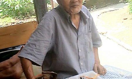 Abah Amat (73) tetap semangat mencari rejeki di tengah pandemi yang membawa dampak kesulitan ekonomi.