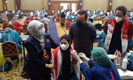 Defia Rosmaniar ketakutan saat akan disuntik vaksin di Puri Begawan, Jumat (12/3/2021)