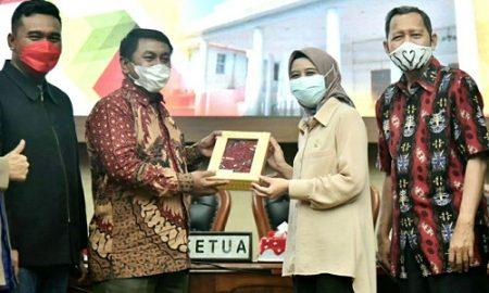 Pimpinan dan Anggota DPRD Provinsi Jawa Barat melakukan kunjungan kerja dalam rangka mendapatkan masukan terkait bidang tugas pokok, dan fungsi DPRD ke DPRD Kota Tegal, Provinsi Jawa Tengah, Rabu (24/3/2021). (Foto :Fahmi Nauval A/Humas DPRD Jabar)