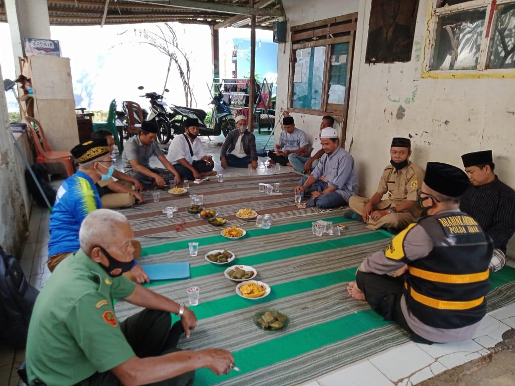 Kepala Desa Waru Toing Ariyanto sedang melakukan giat Gesit didampingi Bhabinkamtibmas, BPD, Babinsa, Ketua MUI, amil, para Kadus, Ketua RW dan RT serta tokoh masyarakat sekitar rumah duka