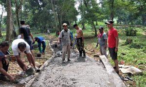 Warga RW 2 kampung Leuwiranji kompak melakukan kerja bakti gotong royong membangun jalan menuju TPU Lebak. Pembangunan ini berkat dana swadaya warga.