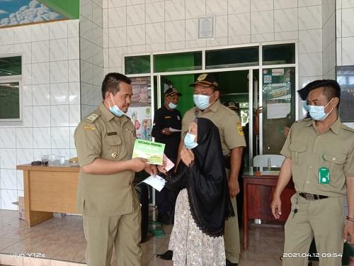pemyaluran Bantuan Langsung Tunai Dana Desa (BLT DD) kepada 52 KPM di Desa Cibeuteung Muara.