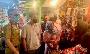 Komisi II DPRD Provinsi Jawa Barat lakukan kunjungan lapangan ke Pasar Rakyat Tanjungsari, Kabupaten Sumedang, Senin (12/4/2021). Kunjungan lapangan dilakukan dalam rangka pemantauan sejumlah harga kebutuhan pokok menjelang datangnya bulan suci ramadhan. (Foto : M. Sidiq/Humas DPRD Jabar).