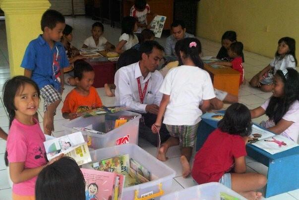 19 April 2011, saya turun langsung membimbing aktivitas membaca anak-anak di Batu Ampar Condet
