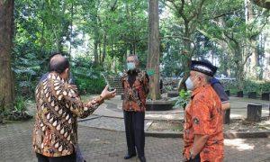 Pansus I DPRD Jabar gelar rapat pembahasan LKPJ Gubernur Tahun 2020 bersama Dinas Kehutan Provinsi Jawa Barat, dan Bappeda Jabar di Taman Hutan Raya Ir. H. Djuanda, Kabupaten Bandung. Jum'at, (9/4/21). (Foto : Fahmi Nauval/Humas DPRD Jabar).