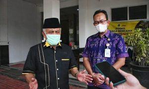 Ketua Komisi IV DPRD Jabar KH. Tetep Abdulatip memberikan keterangan pers usai memimpin studi banding di Kantor Dinas Bina Marga dan Cipta Karya Provinsi Jawa Tengah. (Foto : M. Sidiq /Humas DPRD Jabar).