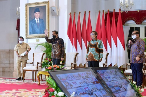 Presiden Jokowi didampingi Menko Polhukam, Mendagri, dan Seskab pada Rapat Koordinasi Kepala Daerah Tahun 2021 yang digelar secara virtual, dari Istana negara, Jakarta, Rabu (14/04/2021). (Foto: BPMI Setpres Muchlis Jr)