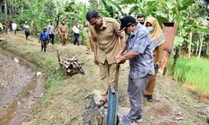 Komisi IV DPRD Provinsi Jawa Barat meninjau langsung kondisi Irigasi di Wilayah UPTD Cimanuk - Cisanggarung, Selasa (13/04/2021). (Foto: Farhat Mumtaz/Humas DPRD Jabar).