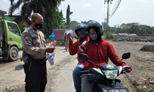 Satgas Covid 19 Desa Sukamulya, membagukan masker gratis bagi warga dan para pengguna kendaraan.