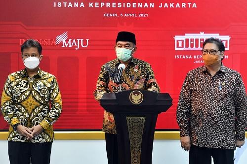 Menko PMK Muhadjir Effendy, Menko Perekonomian Airlangga Hartarto, dan Menkes Budi Gunadi Sadikin memberikan keterangan pers usai mengikuti rapat yang dipimpin oleh Presiden Jokowi, di Jakarta, Senin (05/04/2021) sore. (Foto: Humas Setkab/Rahmat)