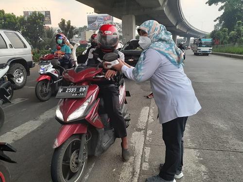 Lusiana Nurissiyadah saat bagikan takjil gratis di simpang Yasmin, Kota Bogor, Jumat (23/4/2021).