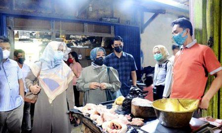 Komisi II DPRD Provinsi Jawa Barat memantau perkembangan harga dan ketersediaan bahan pokok di Pasar Cisalak Kabupaten Subang, Selasa (14/4/2021). (Foto : M. Sidiq/Humas DPRD Jabar).