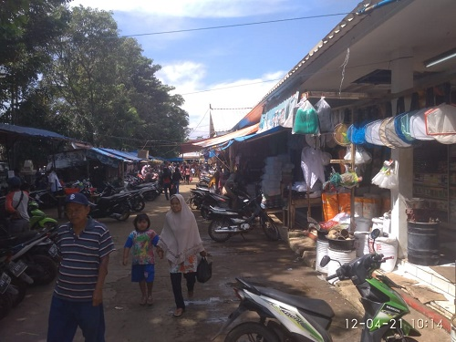 Suasana di Pasar Ciseeng yang dipadati pengunjung menjelang penetapan hari pertama puasa.