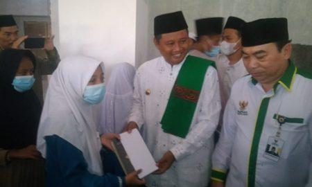 Wagub Jabar Uu Ruhzanul Ulum didampingi KH. Lemana, Ketua Baznas Kabupaten Bogor dan Muspika Kemang saat membagikan bantuan bagi yatim piatu dan para santri di Ponpes Miftahul Arsyad Desa Jampang Kecamatan Kemang, Selasa (20/4/2021).