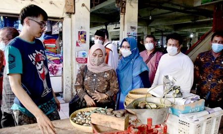 Pimpinan dan Anggota Komisi II DPRD Provinsi Jawa Barat lakukan sidak harga bahan kebutuhan pokok di Pasar Kanoman, Kota Cirebon, Jum'at (23/4/2021). (Foto : M. Sidiq/Humas DPRD Jabar).