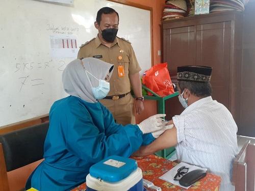 Keterangan foto : penyuntikan vaksin untuk lansia warga Kelurahan Cimahpar