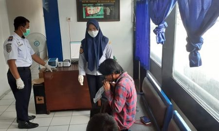 Keterangan foto : Calon penumpang di terminal Baranangsiang wajib saat tes GeNose