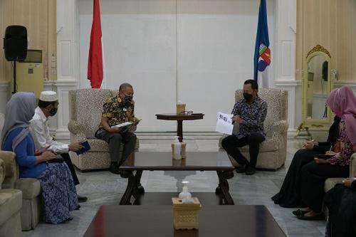 Bima Arya saat menerima 6 pengrajin batik di Paseban Suradipati, Balai Kota Bogor, Jumat (7/5/2021).