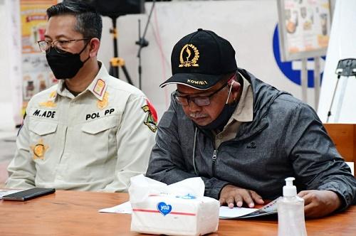 Sekretaris Komisi I DPRD Provinsi Jawa Barat Sadar Muslihat saat melakukan pemantauan titik penyekatan di Rest Area KM 72 A Ruas Tol Cipularang, Kamis (6/5/2021). (Foto : Tri Angga/Humas DPRD Jabar).