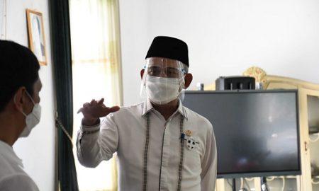 Wakil Ketua DPRD Provinsi Jawa Barat Achmad Ru'yat saat mengunjungi KCD Wilayah IV Kabupaten Purwakarta untuk memantau pelaksanaan Penerimaan Peserta Didik Baru (PPDB) Tahun Ajaran 2021/2022. Jum'at, (25/6/21). (Foto : Fahmi / Humas DPRD Jabar).