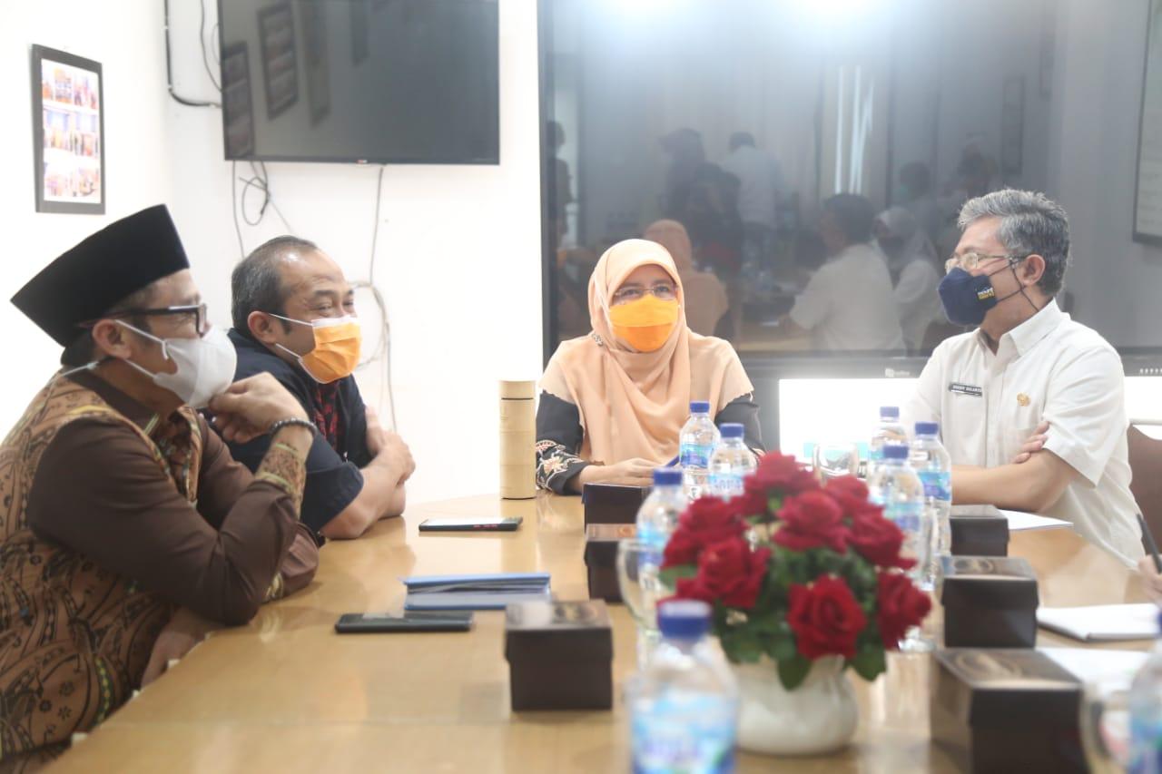 Anggota Komisi V DPRD Provinsi Jawa Barat saat melakukan kunjungan kerja memninjau kesiapan SMAN 2 Kota Cimahi Dalam Rangka Persiapan Pelaksanaan Penerimaan Peserta Didik Baru (PPDB) Tahun Pelajaran 2021-2022. Rabu, (2/6/2021). (Foto : Rizky Ramdhani/Humas DPRD Jabar)