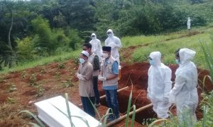 Petugas TPU Jabon Mekar bersama tim pemulasaran jenazah dari Satgas Covid dan pihak medis, tampak sedang melalukan giat pemakaman dengan prosedur dan standar protokol kesehatan yang ketat.