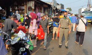 Petugas unit Satpol PP Kecamatan Parung sebagai bagian Satgas Covid 19 mengadakan giat himbauan pelaksanaan protokol kesehatan (prokes) pencegahan corona di Pasar Parung.