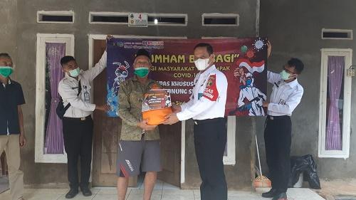 Mujiarto, Kepala Lapas Khusus kelas IIA Gunungsindur didampingi jajaran dan aparatur setempat membagikan paket bantuan sembako, vitamin dan masker gratis untuk warga terdampak pandemi covid 19