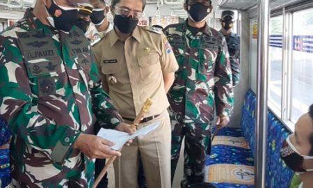 Wakil Wali Kota Bogor, Dedie A. Rachim mendampingi Danrem 061/Sk Brigjen TNI Achmad Fauzi melakukan pengecekan penumpang di Stasiun Bogor, Kecamatan Bogor Tengah, Kota Bogor, Senin (12/7/2021) pagi.