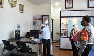 Wakil Ketua DPRD Provinsi Jawa Barat Achmad Ru'yat melaksanakan kunjungan kerja ke Kantor Samsat Kabupaten Subang, kunjungan tersebut dalam rangka pemantauan Pemberlakuan pembatasan kegiatan masyarakat (PPKM). Rabu, (14/7/2021).