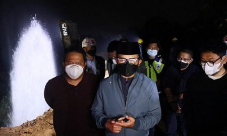 Wali Kota Bogor Bima Arya meninjau kebocoran pipa transmisi air baku 1.000 mm milik Perumda Tirta Pakuan di Gunung Gadung, Kelurahan Genteng, Kecamatan Bogor Selatan, Minggu (18/7/2021) malam.