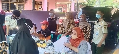 penyaluran bantuan sosial tunai (BST) Kemensos RI di wilayah Kecamatan Ciseeng dilakukan secara bergiliran di 10 desa.
