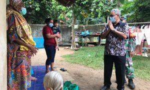 Camat Gunungsindur Jajang Dave Hatomi, memimpin langsung giat distribusi bantuan sosial paket sembako dari Bupati Ade Yasin bagi warga yang isoman karena terpapar covid 19.
