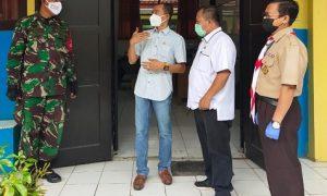 Anggota DPRD Kabupaten Bogor Daen Nuhdiana tampak sedang melakukan peninjauan langsung giat vaksinasi massal di SMPN 1 Rumpin.