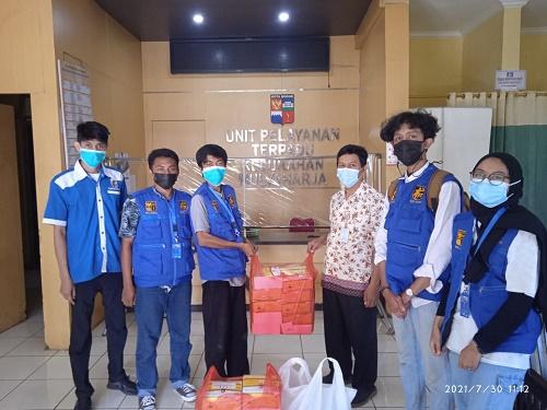 Realawan KNPI Bogor Selatan distribusikan makanan siap saji dari Kadin Kota Bogor kepada warga yang isoman