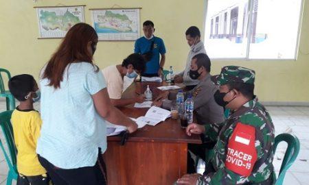 Sertu Sri Gendrowanto personil dari Koramil 2119/Rumpin yang juga sebagai Babinsa Sukasari tampak tengah mendampingi giat penyaluran dana BST Kemensos kepada 219 warga Desa Sukasari.