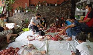 Anggota DPRD Kota Bogor Mardiyanto saat melakukan penyembelihan hewan kurban di Kelurahan Empang, Kecamatan Bogor Selatan, Rabu (21/7/2021)