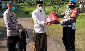 Kapolsek Tajurhalang Iptu Dwi Yulianto SH saat menyerahkan hewan kurban berupa seekor kambing kepada pengurus DKM Al Ikhlas Kampung Gunung Desa Tonjong.