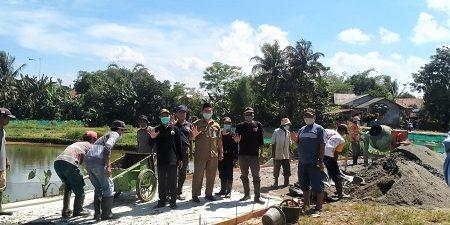 Kepala Desa Cibeuteung Muara Asep Suhendar didampingi Sekdes, BPD, LPM, Babinsa, Babinmas serta aparatur RW RT tampak ikut memulai giat pembangunan jalan dari anggaran samisade.