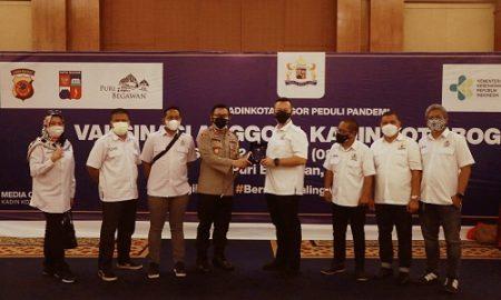 Ketua Kadin Kota Bogor, Almer Faiq Rusydi dan Kapolresta Bogor Kota Susatyo Purnomo Condro saat meninjau vaksinasi massal di Puri Begawan, Kota Bogor, Senin (12/7/2021).