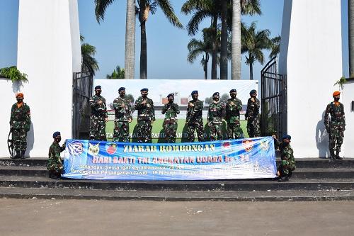 Personel Lanud Atang Sendjaja bersama-sama personel Wing Pendidikan Umum (Wingdikum), baik militer maupun PNS, melaksanakan ziarah ke Taman Makam Pahlawan (TMP) Dreded Bogor.