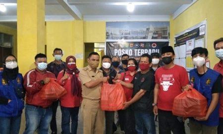 relawan DPK KNPI Bogor Selatan saat menyerahkan bantuan makanan bagi warga isoman ke kelurahan Harjasari.