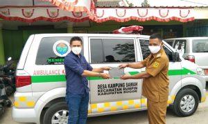 Kepala Desa Kampung Sawah Edi Riyadi berfoto saat menerima surat pembelian mobil ambulance